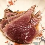鮨 さかい - 対馬の鰹。藁で炙って軽く塩で調味。対馬近海の根つきの鰹とのこと