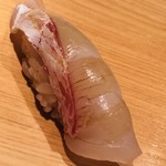 鮨 さかい - 呼子産の真鯛。やはり小さな烏賊を食べているのでしょうか? 一塩して二日寝かせたもの
