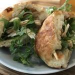 ヨムパン - ほぐした鶏むね肉と、水菜、パプリカのホットサンドです(2018.12.22)