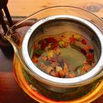 スィーツカフェ リュ プランシパル - ハーブティー 380円 クッキー付き (フルーツワイナリー) ティーカップ2杯分あります。