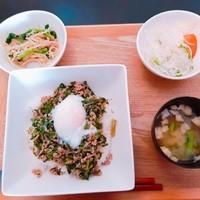 ごはんcafeぷくぷく-青菜とじゃことひき肉の温玉のせ丼!