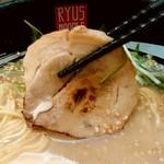 リューズヌードルバー - リューズヌードルバー@新横浜ラーメン博物館 RYUS鶏白湯ラーメン 炙りチャーシュー
