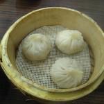 桃谷台湾小籠包 - 料理写真:台湾小籠包(430円)の皮は少し厚めでモチモチしていました。中の餡はジューシーで下味がしっかり付いています。タレをつけなくても美味しく頂けました。