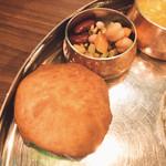 バンゲラズ キッチン - マンガロールバンズと豆のサラダ