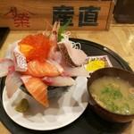 98889796 - ジョッキ入りのウーロン茶やお味噌汁付き、限定5食漁師のこぼれ海鮮丼1,000円