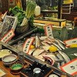 喜多よし - カウンターに並ぶのはその日に仕入れた瀬戸自慢の鮮魚たち!