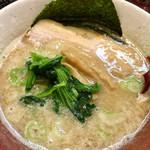 博多らーめん とんこつ家 高菜 - 濃厚スープには、背脂も混じっています。