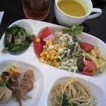 カフェ アソシア - 前菜のブッフェとアイスティーとパンプキンスープ