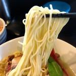麺処 夏海 - 鴨白湯らぁめん味玉付きの麺リフトアップ