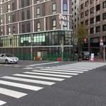 98906740 - 新しい見覚えのある店名を見つつ信号を渡って一本路地裏を左折