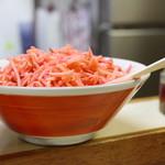 八ちゃんラーメン - カウンター上の紅生姜