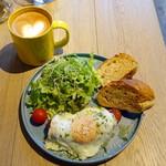 イエロー カフェ - モーニングプレート648円、モーニングカフェラテ378円