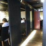 9893209 - 左にカウンター席、奥にテーブル席、右には個室もあるようです