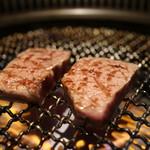 和牛焼肉じろうや 介 wagyu&sake - 調理中の「黒毛和牛シャトーブリアン」
