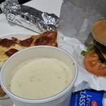 コストコ - 料理写真:クラムチャウダー、カットピザ、ハンバーガー、ホットドッグ