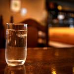 カフェ ビィオット - お水で休憩。