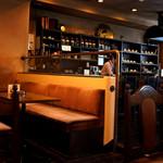 カフェ ビィオット - 店内はオシャレでレトロな空間。
