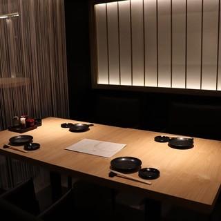 個室で落ち着いてお食事出来る和モダンな空間。貸切も可能です