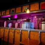 BAK Brewery - 店内の醸造タンク。ピンクの光があやしい