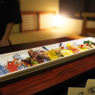 島宿 真里 - 料理写真:夕食がスタート。長皿に置かれた前菜の数々。