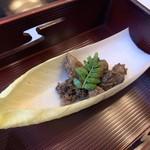 太田なわのれん - 牛鍋御膳8,640円の先付け(牛肉の時雨煮)はチコリに乗せて頂きます