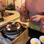 太田なわのれん - 仲居さんが調理してくれます