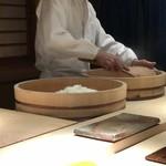 菊鮨 - シャリは赤酢、米酢2種類用意されます。