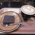 98984270 - チョコレートブラウニー、カフェラテ