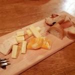 やっと亀 - 料理写真:特選チーズ盛り合わせ