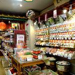 耀盛號 売店 - 店内には、所狭しと中華食材が並んでいます。気になった商品など、お気軽にスタッフへ!