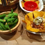 個室&メキシカンダイナー AWESOME - 枝豆ガーリックやチリコンカルネ。お通しもチリコンカルネ(チリコンカン)のチップスでしたのでダブった(けどおいしい)。