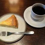 レーベルカフェ トーキョー - ベイクドチーズケーキとホットコーヒー