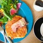 カフェ 坂の下 - お皿とサラダが鮮やかなお色。