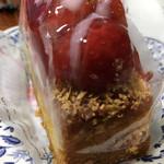 99010817 - ビスケット生地の苺のケーキ
