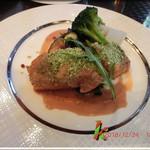 99012604 - メイン・・魚・サーモンの香草パン粉焼き アメリケーヌソース 季節野菜添え