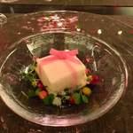 99013089 - 柚子の香るイセエビの冷たいスフレ、春菊のクーリとともに