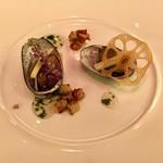 99013113 - 若芽の餡をかけたトコブシとレンコン餅、ニラのアクセント