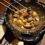 99026903 - 写真09  砂肝とマッシュルームの陶板オイル焼き