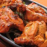 インドカレーヘブン - 料理写真:【タンドーリチキン】スパイス入りヨーグルトに漬け込んだ鶏もも肉のタンドール窯焼き。