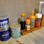 お食事処 龍華 - 卓上に常備された調味料類
