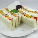 やまなみ - 季節のフルーツサンド480円(税込)