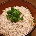 またたび餃子 - 刻んだザーサイが隠し味の『じゃこ飯』はラー油をかけて二度おいしい。