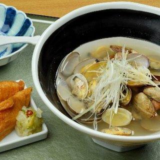 彩り鮮やかに盛り付けられた日本料理を、五感でお楽しみください