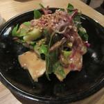 蕎麦前 山都 - 「馬肉の生ハムと赤軸ほうれん草 洋梨のサラダ」(ハーフサイズ)