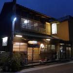 歌行燈 - 桑名・江戸町にあるうどん料理店「歌行燈」。実に風情ある木造建築ですが、一人で入っても大丈夫!