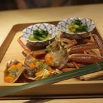 富小路 やま岸 - 齋藤さんのこっぺ蟹の紹興酒漬け、奥に山岸さんの花わさびと隠れてるけどジューシーな蛤。