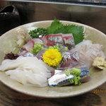 弥助寿司 - 刺身の盛り合わせ! 旬の物、活きのいい物を盛って頂いきました。