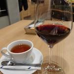 ワイン佐藤。 - ハウスワイン(200円)と紅茶(430円)