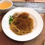 Wong Chi Kei Congee & Noodle - 馳名雲呑蝦子撈麺。添えられたスープを上からちょっとずつ掛けると、麺がほぐれて食べやすい。お向かいの大陸男女は「奥の方」から来たのかそれを知らずに麺の塊ごと持ち上がって大騒ぎ。楽しそうで股、佳し。