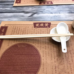 Wong Chi Kei Congee & Noodle - 卍先生に叱られそうだが、(食卓の狭い)茶餐廳や麵粥店では、箸は「横置き」になっているのが道理であり、社会通念であり、ワールド・ヴァリュー(世界基準©️副島隆彦)である事、いうを待たぬ。